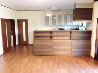 キッチンリフォーム 孤立したキッチンをリビングと同じ空間に。モダンで落ち着いた雰囲気の対面キッチン