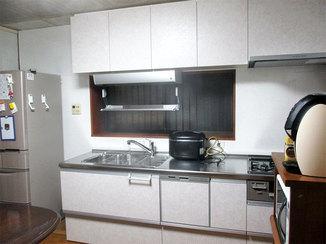 キッチンリフォーム 使う人の身長に合わせて吊り戸を低くしたキッチン