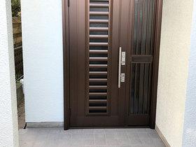 エクステリアリフォーム防犯性の高い鍵に変え、セキュリティ面も安心の玄関ドア