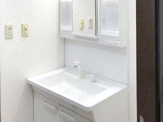 洗面リフォーム 内装を一新、白を基調とした清潔感のある洗面所