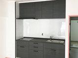 キッチンリフォームホワイトの壁パネルに映える、ブラックのかっこいいキッチン