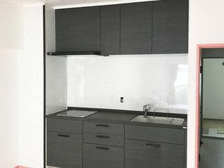 キッチンリフォーム ホワイトの壁パネルに映える、ブラックのかっこいいキッチン